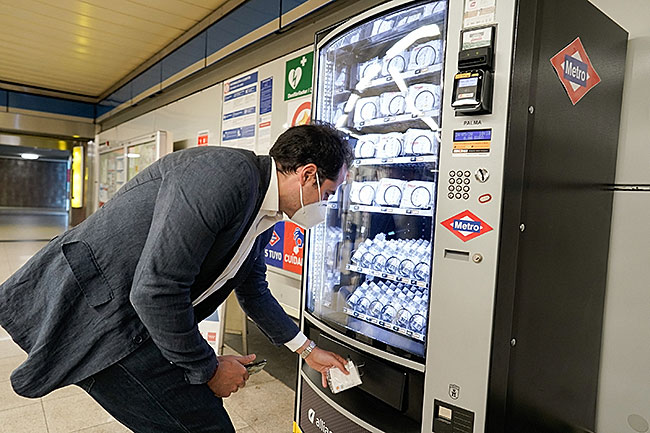 Madrid Community VP Igancio Aguado with mask/gel vending machine | CC BY-NC-SA 2.0 by Comunidad de Madrid